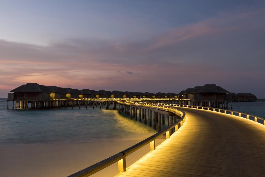 Maldív szigetek éjszaka kivilágított luxus bungallók