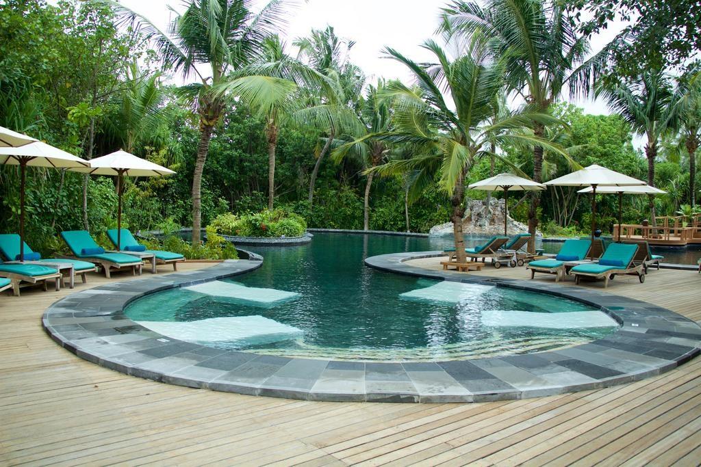 Minden igényt kielégítő kültéri luxus medence a Maldív helyi hangualtban