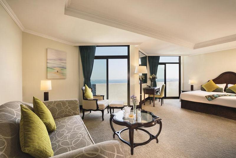 Nyaralás milliomosok módjára a JA Jebel Ali Beach Hotel lakosztályában.