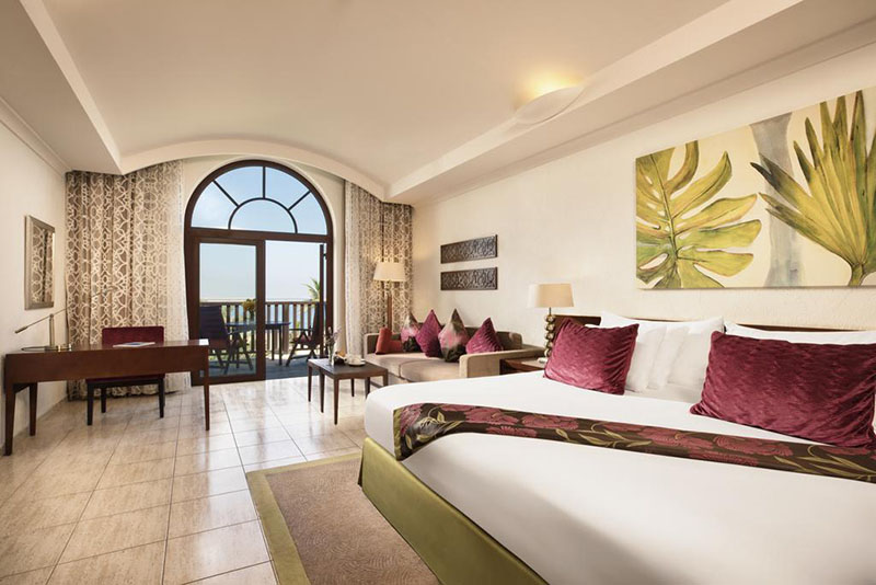 JA Palm Tree Court szállodai szoba belső látképe.