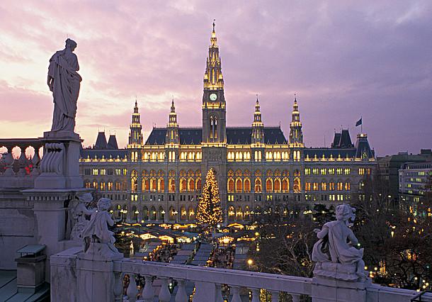 Bécs karácsonyi hangulatban kivilágítva