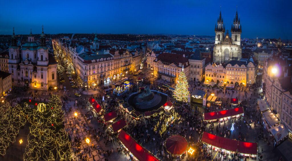 Prága éjszakai fényekben karácsonyi vásár