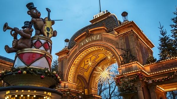 Tivoli vidámpark bejárata éjszakai fényben kivilágítva